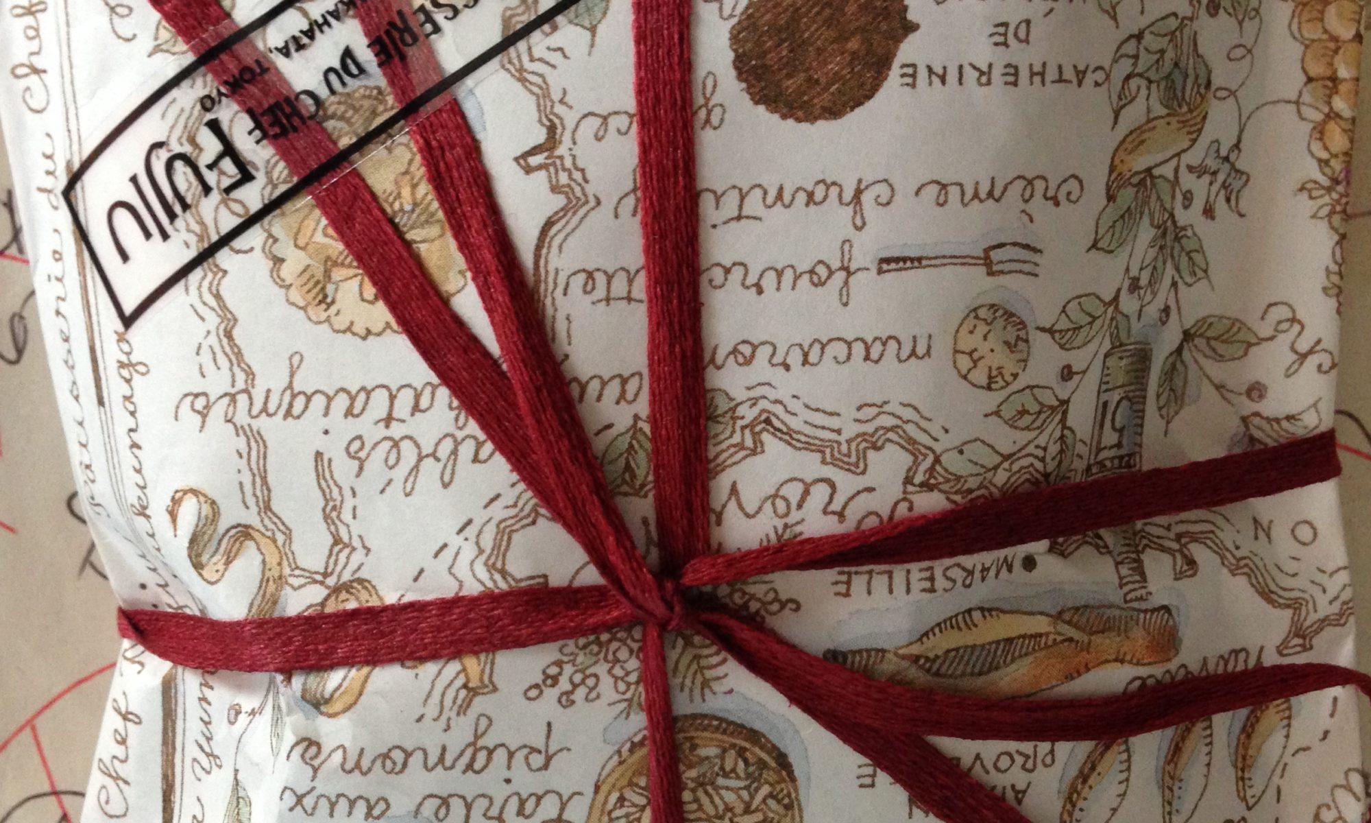 紐のかかった包装紙